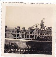 PHOTO ORIGINALE 39 / 45 WW2 WEHRMACHT FRANCE ÎLE DE RÉ SAINT MARTIN LES SOLDATS ALLEMANDS ARRIVENT A LA VILLA - Guerre, Militaire