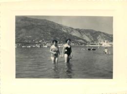 LE PORT ET LES MONTAGNES D'ITALIE FEMMES EN MAILLOT DE BAIN  PHOTO ORIGINALE 12.50 X 9 CM - Orte