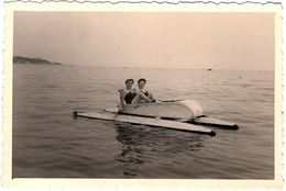 Photo Originale Duo De Pin-Up Sur Pédalo Vers 1950/60 - Pin-up