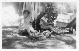 DEUX FEMMES EN CAMPING  PHOTO ORIGINALE  9 X 6 CM - Orte