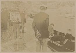 Villefranche-sur-mer. Officiers Allant Rendre Visite Et Demandant Le Canot. Militaire. Tirage Citrate Circa 1900. - Photographs