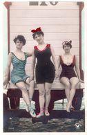 Trois Jeunes Femmes En Maillot De Bain à L'arrière D'une Cabane De Plage Sur Roues. Edition Croissant .Carte 14 X 9 Cm - Femmes