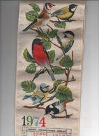 Calendrier 1974 Sur Tissu 60x14 Cms à Suspendre Avec Baguettes Haut Et Bas-oiseaux Belles Couleurs - Calendars