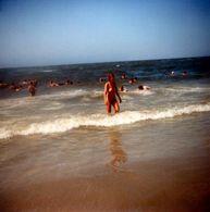 Photo Couleur Carrée Originale FKK - Baignade Et Vacances Naturistes Pour Baignade En Mer Nu - Nudisme & Liberté 1982 - Pin-up