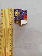 18752    INSIGNE METAL REGION FRANCHE CONTE - Andere Verzamelingen