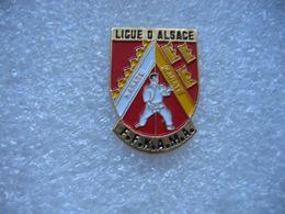 Pin's De La Ligue D'Alsace De Karaté. FFKAMA (Fédération Française De Karaté Et Disciplines Associées (Arts Martiaux - Judo