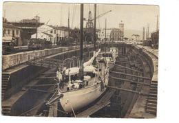 CARTE PHOTO à Identifier Bateaux Yachts En Cale Sèche Grue Gros Plan Années 1950 1960 ? - Voiliers