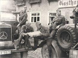 39/45 .MILITAIRES ALLEMANDS PENDANT UNE HALTE . LECTURE - Guerre, Militaire