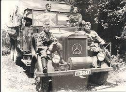 39/45 .MILITAIRES ALLEMANDS PENDANT UNE HALTE .SUR LE CAMION MERCEDES - Krieg, Militär