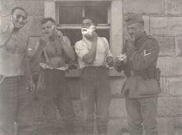 39/45 .MILITAIRES ALLEMANDS PENDANT UNE HALTE .LE RASAGE - Krieg, Militär