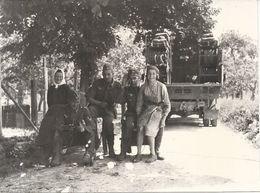 39/45 .MILITAIRES ALLEMANDS PENDANT UNE HALTE . AVEC LES HABITANTS - Krieg, Militär