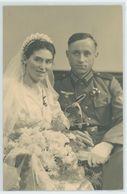 WK 2 Soldat In Uniform Mit Löwenkopfsäbel Und Braut. Hochzeitspaar, Kriegshochzeit. - 1939-45