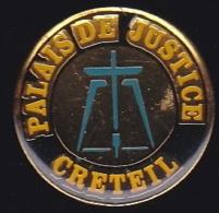 65588- Pin's-Palais De Justice De Creteil.Juge.Avocat..Administration. - Administrations