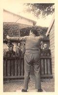 TIR à L'ARC - Stand De Tir - Homme Lors D'une épreuve De Tir Sur Cible . Photo Originale - - Tir à L'Arc