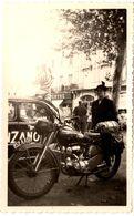 Photo Originale Motocyclisme Et Moto Confort Pour Caravane De Tour De France Et Zèbre Sur Renault 4Cv Cinzano En 1952 - Cyclisme