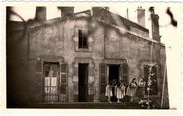 Photo Volée Originale Portrait De Commérages De Voisines  Au Balcon Vers 1950 - Personnes Anonymes