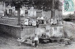 BOUXIERES AUX DAMES   Le Habitants Du Village, La Lavandière Devant La Fontaine De La Place De La République - Otros Municipios