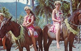 Tahiti Marquisiennes à Cheval Sur L'Ile De Ua Huka (2 Scans) - Tahiti