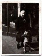 Photo Originale Marcheuse De Rue Avec Son Chien Berger Allemand & Publicité Berger, Ricard & Byrrh Vers 1950/60 - Personas Anónimos