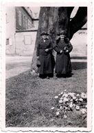 Amusante Photo Originale Deux Petites Femmes Au Look Quasi Identique Vers 1930/40 - Jumelles ? - Personnes Anonymes