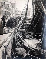 """Tirage Photo Albuminé Souple Original Pêcheur & Bateau De Pêche """" BRU 14 """" à L'arrivée Au Port & Vente Directe - Anciennes (Av. 1900)"""