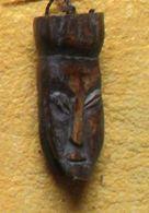 Lega - Originele Talisman Met 2 Figuren In Gerookt Ivoor.- Amulette Originale En Ivoire Fumée Représentent Deux Figures - Art Africain
