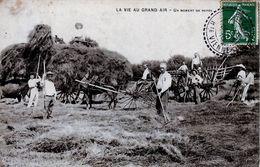 LA VIE AU GRAND AIR //   UN MOMENT DE REPOS  FENAISONS ATTELAGE  TRES  ANIMEE   //  1910 - Cultivation