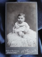Photo CDV  Peyrinaud à Angoulême  Bébé Potelé Assis Sur Une Fourrure  CA 1895-1900 - L509A - Fotos