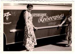 Photo Originale Pin-Up Posant Près D'un Autocar & Car Güntersloher Reiseexpress En 1957 - Alpengruss - Automobili