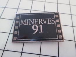 1116A Pin's Pins / Rare Et De Belle Qualité !!! THEME CINEMA / FILM PELLICULE MINERVES 91 - Cinéma