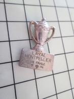 410a Pin's Pins / Rare Et De Belle Qualité !!! THEME SPORTS / FOOTBALL COUPE DE FRANCE LAVAL MONTPELLIER 1/8e DE FINALE - Football