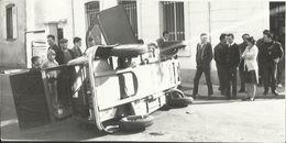 2 CV Citroën Sur Le Flanc - Photo De Presse Années 1960 - 9cmx18cm - PKW
