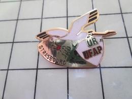 115d Pin's Pins / Rare & Belle Qualité !!! THEME ANIMAUX / OISEAU CIGOGNE ALSACE UR UFAP STRASBOURG - Animaux