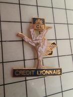 115d Pin's Pins / Rare & Belle Qualité !!! THEME SPORTS / BAGARRE EN PYJAMA JUDO CREDIT LYONNAIS Et Les Clients Vont Au - Judo