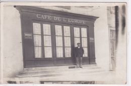 CAFE DE L EUROPE Carte Photo Commerce ,façade Avec Personnage - Photos