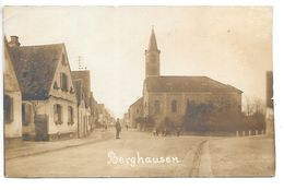 Carte-photo...Berghausen...la Place,l'église...animée... - Allemagne