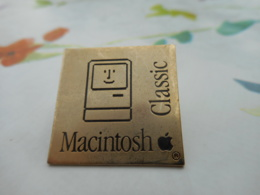 Lot 060 -- Pin's Macintosh Classic - Computers