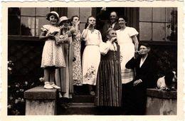 Amusante Photo Originale A Boire ! Groupe De Femme Avec Bouteille Levant Le Coude De 7 à 77 Ans Vers 1940 - Personnes Anonymes