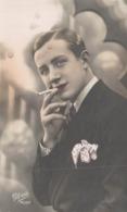 PHOTOGRAPHIE GLORIA HOMME A LA CIGARETTE - Künstlerkarten