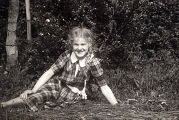 Photo Originale Portrait D'une Charmante Adolescente Assise Sur L'Herbe Vers 1940 - Anonyme Personen
