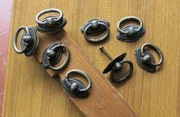 8 ANTICHE VECCHIE MANIGLIE IN OTTONE AD ANELLO PER MOBILI VARI CON VITI IN OTTONE - - Muebles