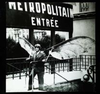 """MAXI-CARTE   - L'homme Aux Ailes Volantes Sortant Du Métro De Paris """"Concours Lépine 1935""""  -  (14 X 11 Cm) - Métro"""