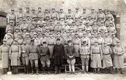 Carte Photo Originale Guerre 1914/18 - Photo De Groupe à La Caserne, Soldat & Militaires Gendarmes à Identifier - Oorlog, Militair