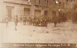 CARTOLINA MILITARE - LE PRIME TRUPPE IN RIPOSO VIA LARGA 4-11-1918 (ANIMATA) F/P - B/N - NON VIAGGIATA - LEGGI - Guerra 1914-18