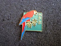 Pin's Perroquet Couleur Rouge Wwf - Animali