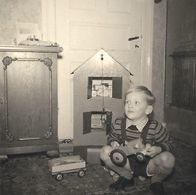JOUET Enfant D'hier Petit Gamin Et Sa Ferme En Bois Tracteur Remorque Jeux De Construction - PHOTO Originale - Photos