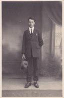 Carte Photo (Non Situé) - Un Homme Avec Un Chapeau En Main - [CP09] - Postales