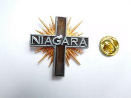 Superbe Pin's En Relief , Musique , Groupe Niagara , Rock , Muriel Moreno , Daniel Chevenez - Musique