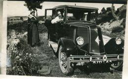Grande Photo D'un Homme Et Une Femme Posant Avec Leurs Ancienne Voiture Une Renault A La Campagne - Personnes Anonymes