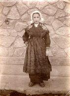 Photo Originale Albuminée Souple, Fillette En Costume Traditionnel, Sabots, Coiffe Vers 1900 - Folklore - Chatannies - Personnes Anonymes